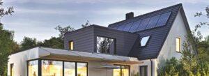 Haus mit Photovoltaikanlage bei Nacht